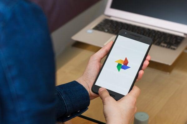 Súbory zo služby Google Fotky si môžete jednoducho uložiť späť do telefónu či do počítača.