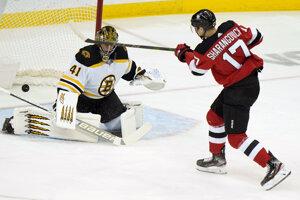 Jaroslav Halák v zápase NHL Boston Bruins - New Jersey Devils.