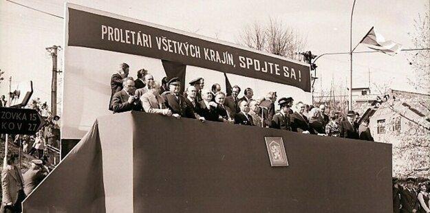 Z tribún mávali vrcholní predstavitelia Komunistickej strany