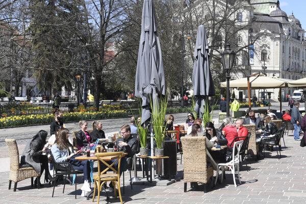 Na Slovensku je už možné sedieť aspoň na terasách.