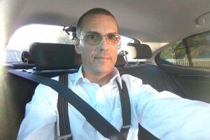 Maroš Žilinka v aute počas cesty na východ.