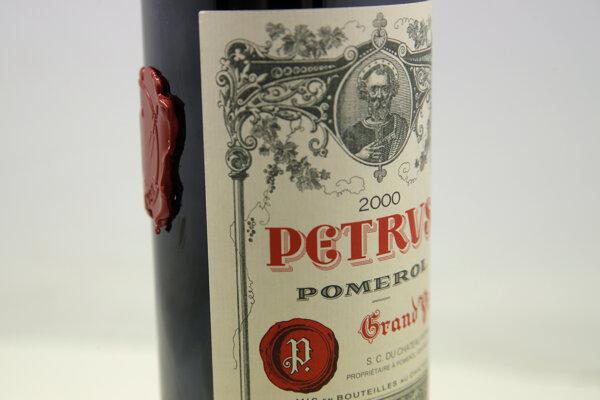 Fľaša francúzskeho červeného vína Pétrus, ktorá strávila viac ako rok vo vesmíre.
