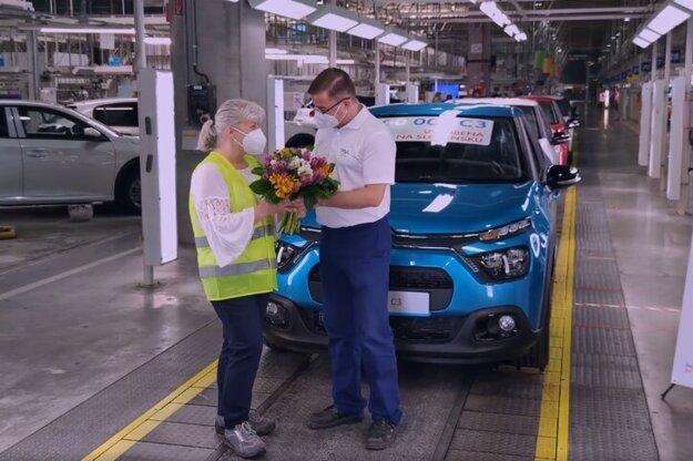 Generálny riaditeľ trnavskej automobilky Stellantis Martin Dzama odovzdáva kľúče od milióntej C3 slovenskej majiteľke.