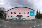 Nové veľkokapacitné očkovacie centrum zriadili v priestoroch telocvične hotelovej akadémie na Markušovskej ceste.