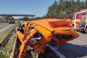Záchranné zložky zasahujú po dopravnej nehode, ku ktorej došlo na diaľnici D2 za Malackami smerom do Českej republiky.