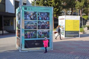 Výstava bude na Hviezdoslavovom námestí až do konca júna.