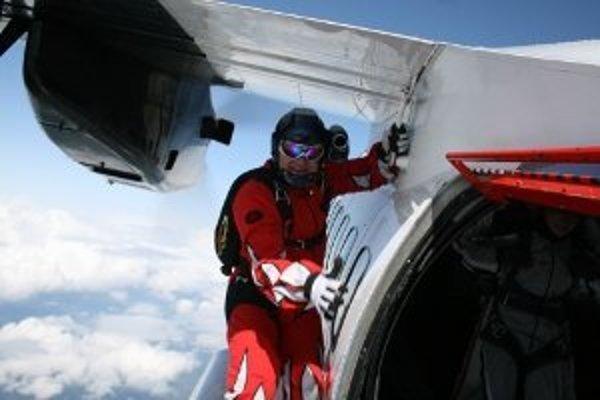 Skúsenosti s rôznymi zoskokmi majú skydiveri zhruba jedenásť rokov. Doteraz ale skákali najviac z 5-tisíc metrovej výšky. Pri zoskoku nad Everestom museli vyskočiť najmenej z deviatich kilometrov nad morom.