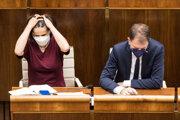 Ministerka spravodlivosti SR Mária Kolíková a minister financií SR Igor Matovič počas mimoriadnej schôdze parlamentu.