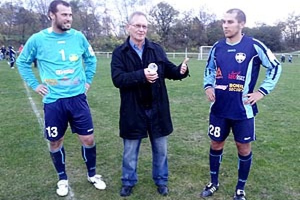 Vladimír Pucher medzi Igorom Mesárošom a Michalom Kurucom.