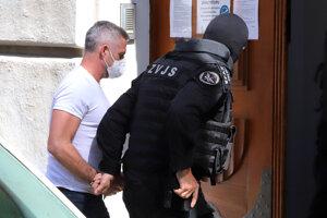 Eskorta privádza obvineného bývalého prezidenta Policajného zboru SR Tibora Gašpara do budovy Špecializovaného trestného súdu