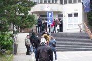 Rad pred policajnou budovou na Piaristickej ulici.