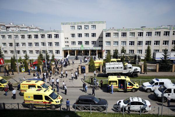 Policajné autá a sanitky pred školou v Kazani, v ktorej došlo k streľbe.