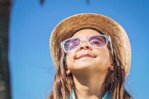 Tieniť oči by si mali deti nejakým spôsobom vždy, okuliarmi, klobúkom alebo šiltovkou.