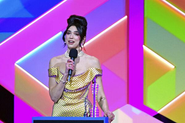 Anglická speváčka, skladateľka a modelka Dua Lipa si preberá cenu za najlepšiu speváčku na odovzdávaní hudobných cien Brit Awards.