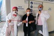 Zdravotní klauni z Červeného nosa dnes ráno vítali sestričky pri príchode do služby.