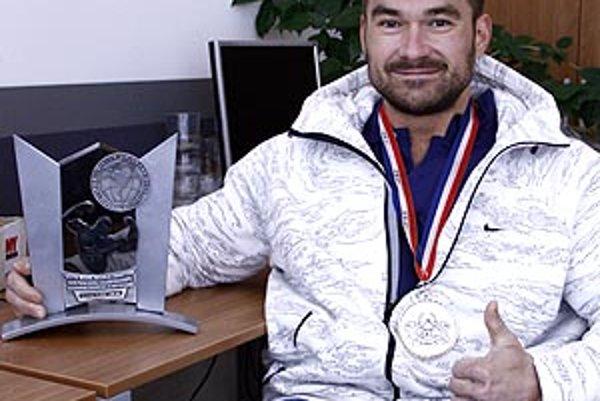 Spokojný Rasťo Solár s trofejami z Guayaquilu.