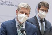 Minister zdravotníctva SR Vladimír Lengvarský (nominant OĽaNO) a vpravo šéf Inštitútu zdravotníckych analýz Matej Mišík počas tlačovej konferencie k aktuálnej epidemiologickej situácii.