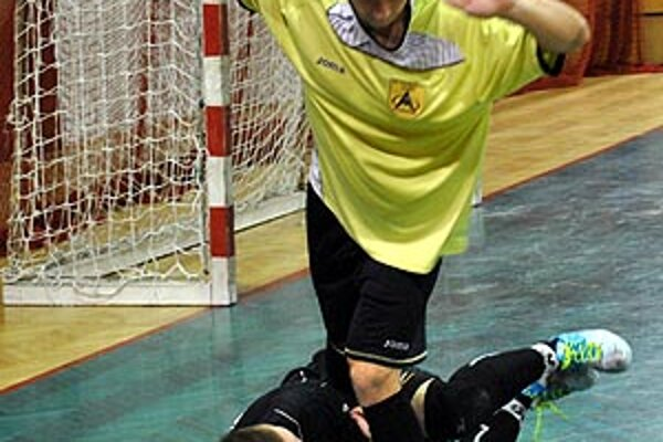 Gólman Pecho zasahuje proti hráčovi Žiliny.