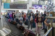 V Grécku už pristáli prvé lietadlá. Na snímke cestujúci z Hannoveru čakajú na svoju batožinu na medzinárodnom letisku v Heraklione na gréckom ostrove Kréta.