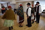 Mobilné očkovanie v Jasenove spríjemnila spevom miestna folklórna skupina Dupna.