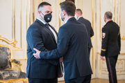 Po odstúpení Vladimíra Pčolinského sa novým šéfom SIS stal Michal Aláč (vľavo), na snímke mu blahoželá premiér Eduard Heger.