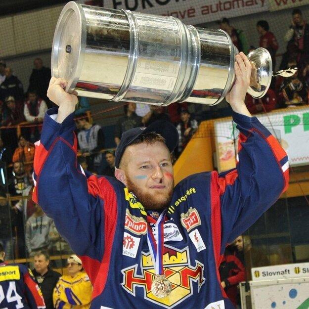 Kamil Mahdalík s majstrovským pohárom nad hlavou v roku 2013.