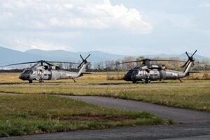 Vrtuľníky Sikorsky UH-60 Black Hawk.