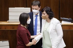 Veronika Remišová (vpravo) a Mária Kolíková spolu s premiérom Eduardom Hegerom.