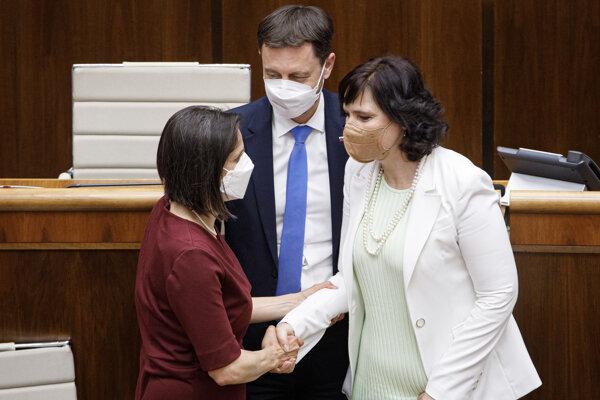 Veronika Remišová (vpravo) a Mária Kolíková spolu s premiérom Eduardom Hegerom po tom, ako sa poslancom opozície nepodarilo ministerku odvolať.