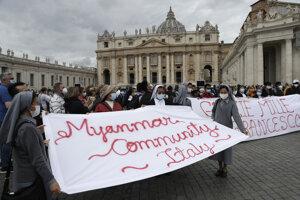 Veriaci na námestí Svätého Petra