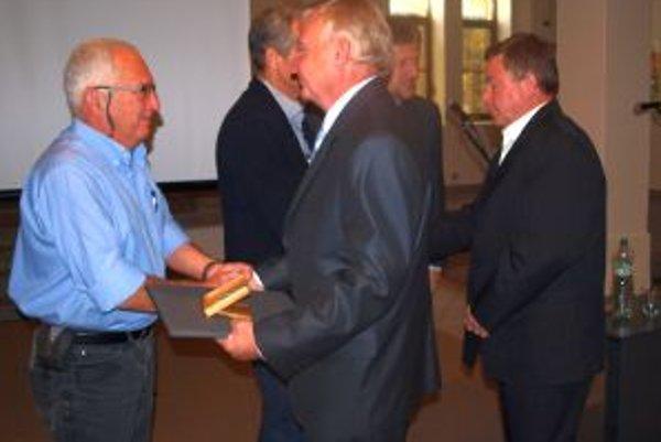 Ocenenie prevzali bratia Ernest a Milan Šokovci (vpravo), zľava bratia Veselí - Samuel a Dan.