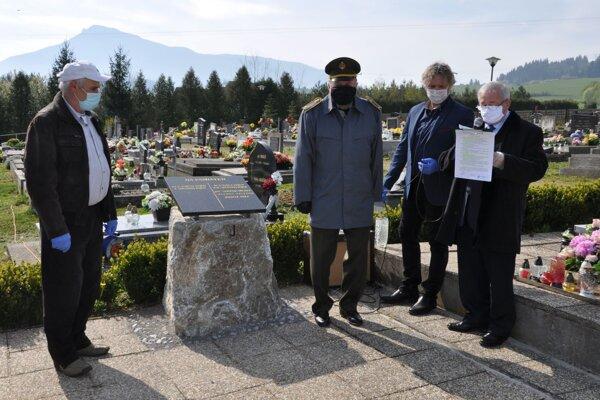 Odhalenie pamätnej tabule Ondrejovi Mišekovi 9. mája 2020.