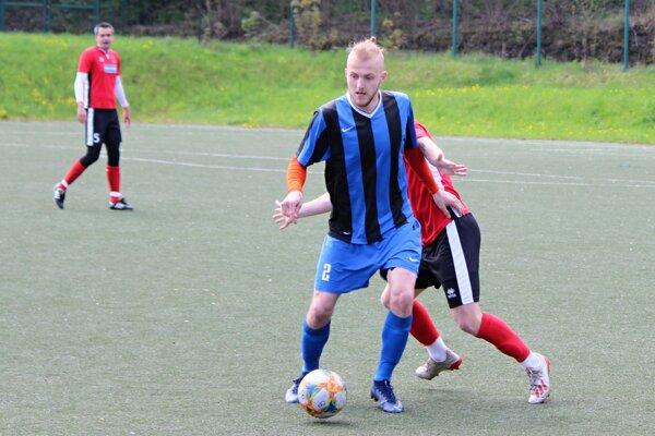Marek Bobček (pri lopte) bol v prvom zápase pri chuti. Kubínu pomohol hetrikom.