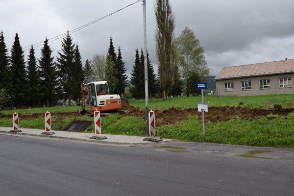 V Brezne začali s modernizáciou autobusových zastávok.