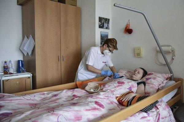 Pracovníčka mobilnej očkovacej jednotky počas očkovania klientov proti ochoreniu Covid-19 v Domove sociálnych služieb a zariadení pre seniorov v bratislavskej mestskej časti Rača.