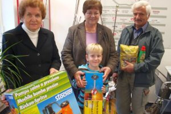 Prví traja výhercovia súťaže: zľava Mária Gabašová, Katarína Bartová s vnukom Vilkom a Vladimír Dubaj.