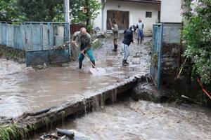 Povodeň po pretrhnutí nádrže v obci Rudno nad Hronom v okrese Žarnovica.