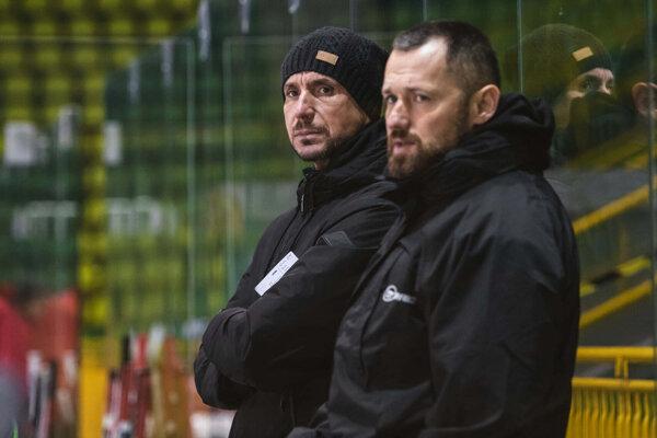 Keď mužstvo postihol počas Vianoc koronavírus a vypadli aj obaja tréneri, mužstvo viedli zo striedačky Peter Húževka s Tomášom Harantom.