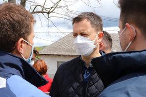 Premiér Eduard Heger počas návštevy obce Rudno nad Hronom.