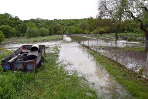 Zničené záhrady rodinných domov pri potoku Olšava po lokálnej povodni v obci Davidov