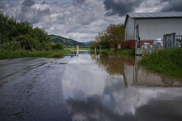 Výdatné dažde rozvodnili hladiny riek.
