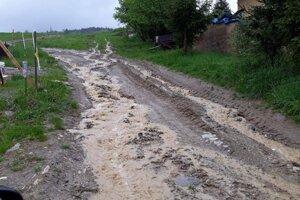 V Oškerde hasičov potrápila voda stekajúca z kopca.