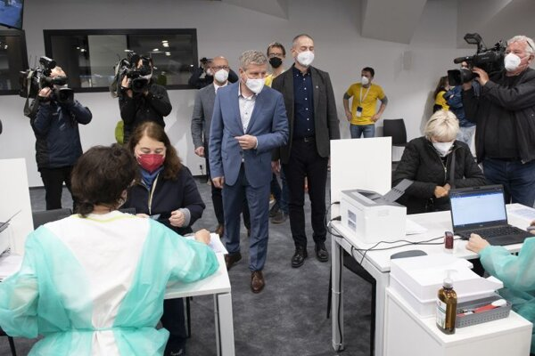 Minister zdravotníctva SR Vladimír Lengvarský počas návštevy veľkokapacitného vakcinačného centra v priestoroch Národného futbalového štadióna 20. mája 2021 v Bratislave.