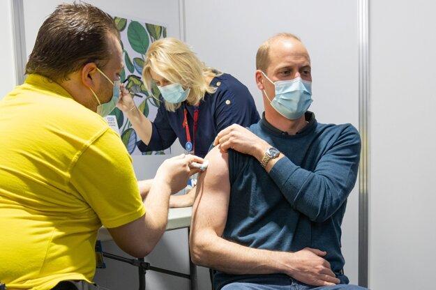 Princ William dostal prvú dávku vakcíny proti covidu.