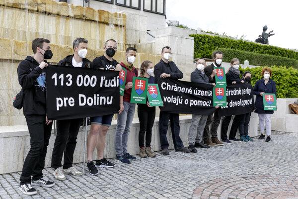 Aktivisti a zástupcovia petičného výboru počas brífingu iniciátorov Petície za stavebnú uzáveru a reguláciu dopravy v Demänovskej doline.