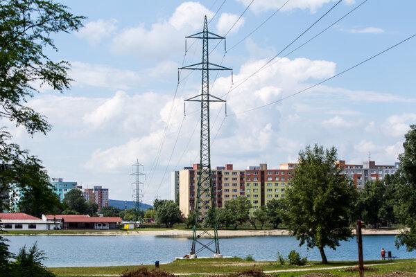Elektrické vedenie nad petržalským Draždiakom.
