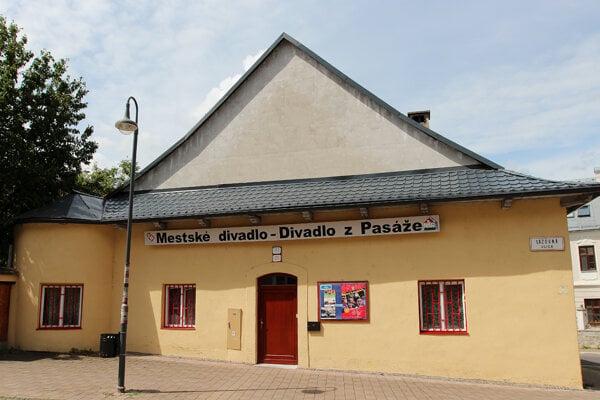 Banskobystrické mestské Divadlo z pasáže.