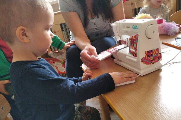 Deti zo škôlky v Kláštore pod Znievom sa učia šiť na šijacích strojoch.