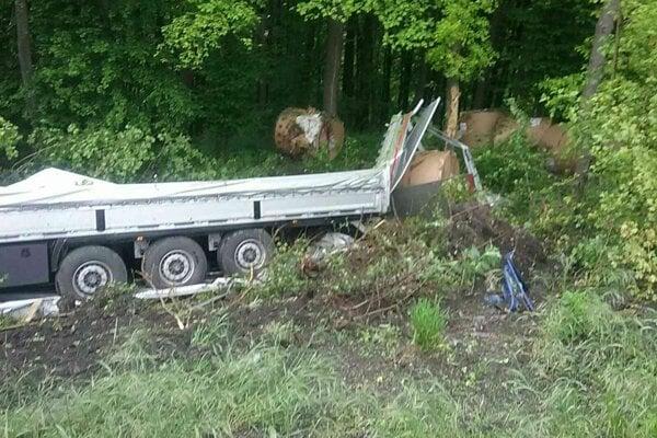 Kamión skončil mimo cesty.