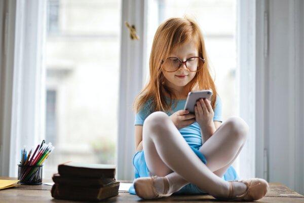 Dieťa vníma obsah inak, keď ho číta v knihe, a inak, keď ho číta z obrazovky.